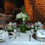 Tischdekoration mit weissen Lilien