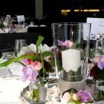 Tischdekoration mit Kerzen und kleinen Sträussen