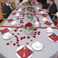 Tischdekoration mit Rosenblättern