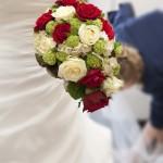 Brautstrauss in roten und cremefarbenen Rosen