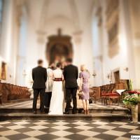 Der Segen - links vom Altar sieht man eine große Vase mit Blumendekoration
