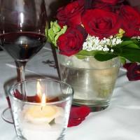 Kleine Sträusse aus roten Rosen und Schleierkraut