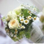Weniger ist mehr schöne Tischdekoration in cremefarbenen Rosen und Kamille