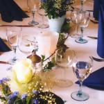 Tischdekoration mit Rosen und Vergissmeinnicht