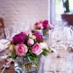 Tischdekoration mit Rosen und Pfingstrosen
