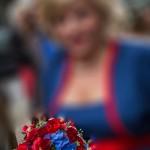 Brautstrauss passend zum Outfit in rot und blau