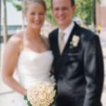 Brautstrauss und Anstecker mit cremefarbenden Rosen