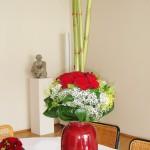 Tischdekoration mit roten Rosen und Bambus